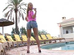 Keira dildo fucking her pussy in shorts in reality porn