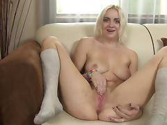 Cute blonde babe Marilyn Moore buries her fingers in her snatch