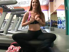 Delectable babe in sport bra shoes off her tits at gym