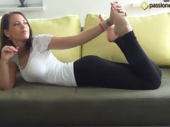 A hottie with a nice ass shows off her even nicer feet