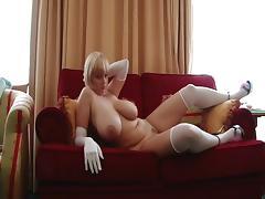 Saope blonde amatrice nous montre ses gros seins