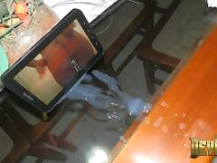 VIDEO 90 Punhetando e gozando no tablet II