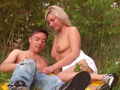 Romantic outdoors picnic turns into a hardcore pussy drilling session