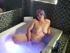 Coe playing in the bath with sextoy