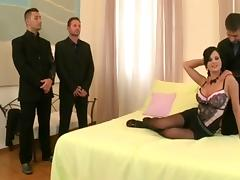 Ein bildschoenes Maedchen wird von drei Bodyguards bewacht