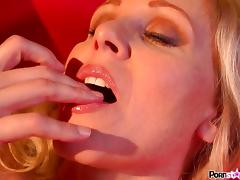 Clit slit momma Julia Ann fingers her sweet pussy pie pudding