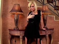 Heels hottie with gorgeous blonde hair bangs a dildo