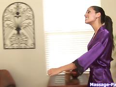 Elegant masseuse uses her talented mouth to blow the guy