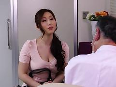 Massage therapist oils up the Asian milf and fucks her porn tube video