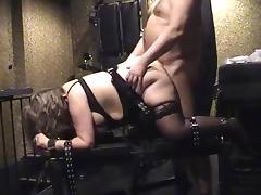 Sub wird von hinten gefickt, während sie auf dem Gestell gefesset ist