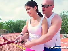 Teenie auf dem Tennisplatz genagelt porn tube video