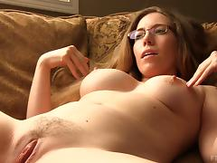 Relaxing MILF gets out the vibrator and makes herself cum porn tube video