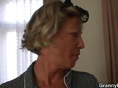 He bangs her old pussy after wild party