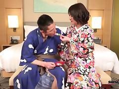 Tranny kimono babe fucks his ass while giving a handjob