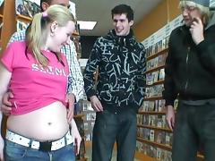 Zwangere meid laat zich palen in de videotheek tube porn video