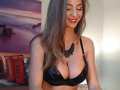 SindyGoldxxx plays with her ass