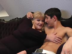 Making out with an old lady excites his dick for her pussy