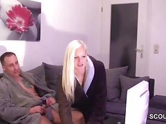 Stiefschwester erwischt ihn beim Wichsen und wird gefickt porn tube video