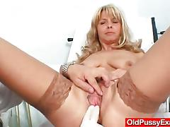 Blonde cougar clit stimulation