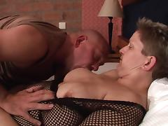 Short-haired chick with experience having fun with her bald lover