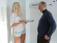 Chubby experienced guy gives Karol exactly what she needs