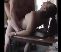 la coquine prise sur la table