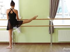 Stunning ballerina enjoys doing practice in the nude porn tube video