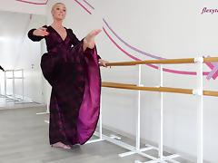 Russian blonde solo model unpinning attire flexible