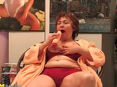 Granny with great sexual needs tries to impale herself on the cock