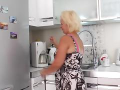 Mature granny dash to bedroom to finger her juicy pussy porn tube video