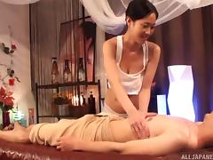 Kanno Sayuki uses her pussy while giving the guy a special treatment
