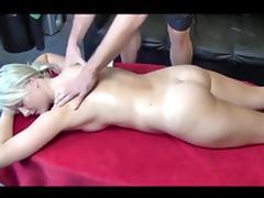 Blondehexe - Massage mit Doggy fick