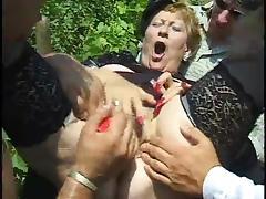 geile Oma wird Dildo gefickt