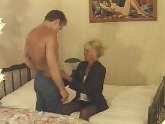 Une vieille blonde avec un gigolo porn tube video