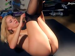 Gorgeous blonde bint spreads her legs to reveal her juicy muff