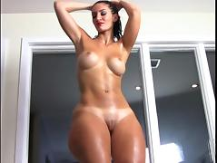 French BBW Rosee Divine pops her oiled booty. porn tube video