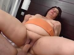 Busty mature in the bed porn tube video