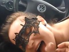 bonne suceuse dans la voiture