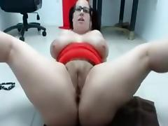 Busty chubby milf on cam spreads her legs and toys her pussy porn tube video