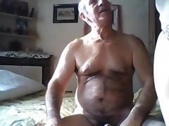 Feeling au lit avec un papy a bite fretillante