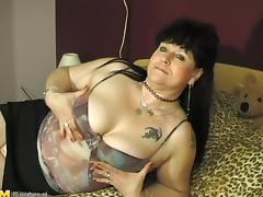 Close up shoot of mature babe fingering her juicy pussy porn tube video