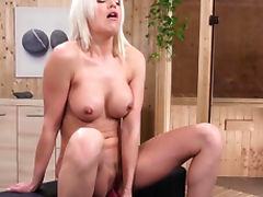 Blonde babe masturbating solo