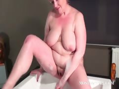 Mature bitch masturbates quim in bathtub