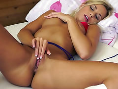 Tight body blonde vibrates her cunt