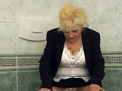 Lady Shows All 75