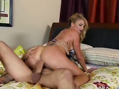 Daily Routine and Hardcore Sex of British Cougar Taylor Wane