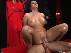 Brunette With An Incredibly Big Ass Has Hardcore Anal