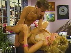 Nina Hartley shows how it goes