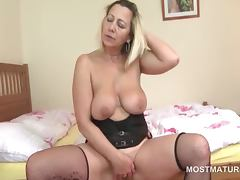 Lusty mature tramp fingering her juicy snatch tube porn video