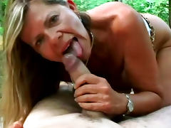 Mature babe Samantha is sucking dick